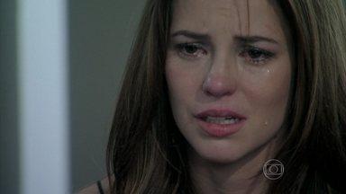 Paloma é obrigada a devolver Paulinha para Bruno - César, Félix e Pilar tentam acalmar a pediatra, que implora para que o corretor não afaste a menina de sua vida
