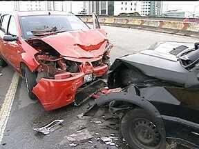 Acidente na Ponte Ary Torres deixa dois feridos - Duas pessoas ficaram feridas em um acidente na Ponte Ary Torres, na alça de acesso à Avenida Luis Carlos Berrini, na Zona Sul da capital. O carro preto estava na contramão e bateu de frente no carro vermelho.