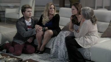 Pilar tenta consolar Paloma - Ela sugere que a filha volte para a mansão. A pediatra se irrita