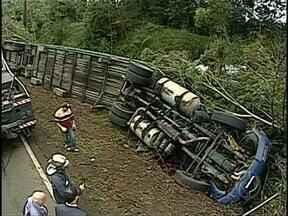 Acidente com caminhão cegonha deixa duas pessoas mortas na PR-445 - O acidente foi na madrugada desta segunda-feira (22), o motorista e uma passageira morreram quando o caminhão tombou e deixou a PR-445 com trânsito lento.