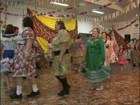 Arraial reúne terceira idade em Capanema - Vovós se vestiram a caráter para festa junina no sudoeste.