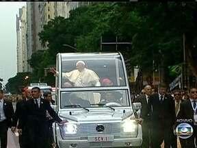 Papa Francisco abençoa a multidão no Centro do Rio - A bordo do Papamóvel, o pontífice cumprimenta e emociona fiéis no percurso entre a Catedral Metropolitana e o Theatro Municipal.