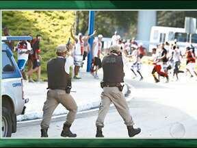 Integrantes de torcidas organizadas do Bahia e do Vitória entram em confronto - Os torcedores provocaram confusão do lado de fora da Arena Fonte Nova, antes do clássico.
