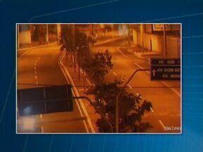 Estudante que dirigia a 200 km/h deve receber alta ainda esta semana - Imagens mostram três veículos passando pela ponte às 5h25.