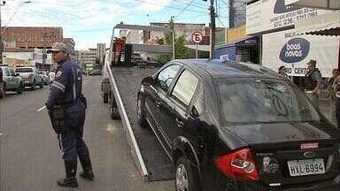 Operação tenta mudar hábito de estacionar em locais irregulares - Infração gera multa grave.