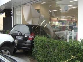 Acidente faz carro estacionado invadir uma farmácia e ferir funcionária - Segundo testemunhas, o motorista de um dos carros acelerou ao invés de frear, atingiu um carro que estava estacionado e, este último, invadiu uma farmácia. Uma funcionária foi atingida, mas passa bem.