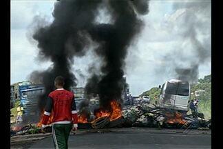 Encerrada no final da tarde a manifestação que provocou um engarrafamento na BR-316 - Em Santa Maria do Pará, os manifestantes fizeram uma barricada usando pneus em chamas, para impedir a passagem dos carros.
