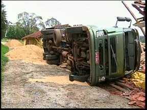 Caminhão basculante tomba e mata motorista em Avaré, SP - Um caminhoneiro morreu nesta segunda-feira (22) em um acidente em uma granja em Avaré (SP). O caminhão que ele usava, um basculante, tombou durante a manobra para descarregar a carga e atingiu o homem que estava fora do veículo.