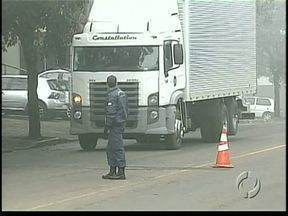 Guarda Municipal orienta caminhões para evitar circular no centro de Apucarana - Existe uma regulamentação neste sentido e, depois da campanha de orientação, os motoristas poderão ser multados.