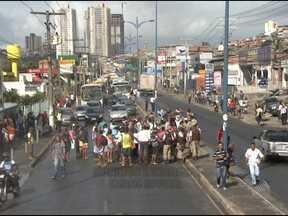 Comerciante é preso e amigos fazem protesto na Av. Barros Reis, em Salvador - Eles fecharam uma das pistas e o trânsito ficou lento em vários pontos da capital. Segundo a polícia, foi encontrado drogas dentro do bar do comerciante.