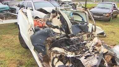 Família morre em acidente entre carro e caminhão na BR-364, em RO - Cinco passageiros do veículo ficaram presos às ferragens. Polícia encontrou latas de cerveja no carro onde estavam casal e 2 filhos.