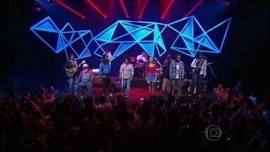 Playing for Change abre o programa do Jô - Eles são de várias partes do mundo e se uniram para cantar em prol de quem precisa