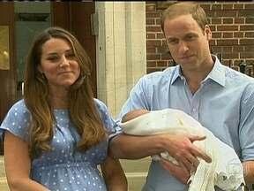 Kate e William apresentam o novo herdeiro da família britânica - Pouco mais de 24 horas depois do parto, Kate e William apresentaram o filho ao mundo. O menino é o terceiro na linha sucessória do trono.