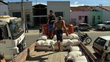 Agricultores de Quixeramobim recebem milho do governo federal - Doação do milho é ação de combate aos efeitos da seca.