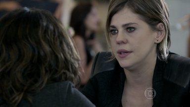 Edith combina com Aline de seguir Félix quando ele sair do hospital - No hospital, ela encontra Silvia e pede o cartão da advogada