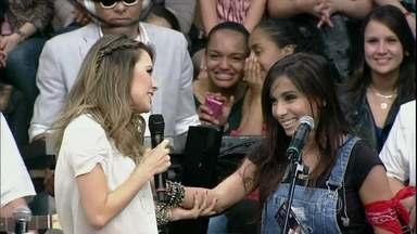 Anitta realiza o sonho de conhecer Sandy - Cantoras se conhecem no palco do programa Altas Horas