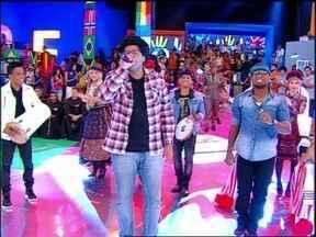 Bom Gosto canta 'Patricinha de Olho Azul' no palco do programa - Grupo de pagode agita a galera do Esquenta!