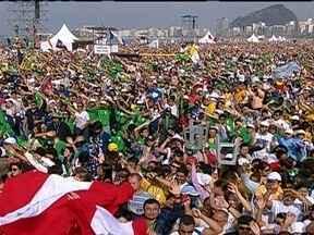 """Três milhões de fiéis acompanham missa do papa em Copacabana neste domingo (28) - Na última missa celebrada na JMJ, o Papa Francisco deu aos jovens a orientação que tem dado ao clero: """"Jesus disse: ide e fazei discípulos entre todos as nações""""."""