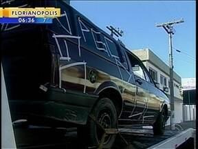 Polícia apreende carro com sigla de facção - Polícia apreende carro com sigla de facção criminosa de SC