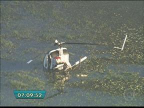 Helicóptero da Polícia cai na represa de Guarapiranga em SP - O acidente aconteceu nesta quarta-feira (31). Os pilotos estavam fazendo um voo de treinamento quando o motor perdeu a potência durante um manobra e caiu na represa. Ninguém se feriu.