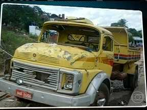 Duas crianças morrem atropeladas por um caminhão na Bahia - Um caminhão desceu a ladeira e atropelou quatro crianças em Itapetinga, a 562 Km de Salvador. Duas crianças morreram e duas ficaram feridas no acidente. Caso aconteceu na manhã desta quinta-feira (1).
