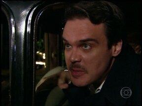 Gilberto pega Clóvis e Sônia de carro - Eles fogem da casa de Ruth com sônia presa