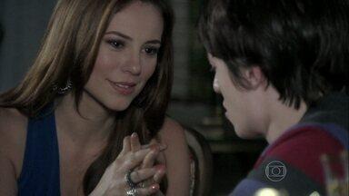Paloma tenta ajudar Jonathan a aceitar o pai - Ela consola o sobrinho e afirma que Félix está fragilizado por ter sido exposto. O vilão pede para conversar com Pilar