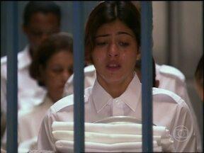 Ruth é condenada a trinta anos de prisão - Ela lamenta a morte da mãe e afirma que odeia todos, mas teve que se conformar com a sentença