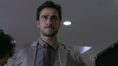Jacques descobre o caso de César e Aline - Ele vê o dono do hospital entrar no flat e supõe que ele foi se encontrar com a secretária