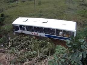 Acidente com ônibus na manhã desta terça na BA-093 deixa 32 feridos - O ônibus, que fazia a linha Simões Filho-Camaçari, caiu em uma ribanceira e capotou duas vezes.
