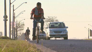 Pessoas se arriscam dirigindo bicicletas em Ribeirão Preto, SP - Segundo código de trânsito, bicicletas têm preferência sobre carros para andarem na faixa da esquerda.