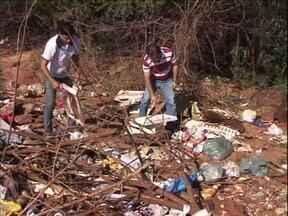 Moradores jogam muito lixo e entulho em terrenos inadequados de Paranavaí - Vigilância Sanitária tem recebido muitas denúncias de vizinhos incomodados com a sujeira.