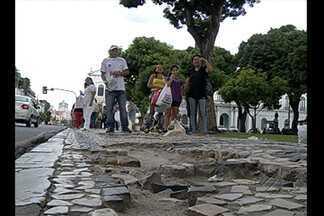 Falta de conservação de calçadas de pedras portuguesas oferece riscos à população de Belém - Falta de conservação de calçadas de pedras portuguesas oferece riscos à população de Belém.