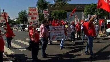 Trabalhadores fazem protesto contra terceirização da mão de obra - Os manifestantes pararam o trânsito na avenida Afonso Pena em Campo Grande
