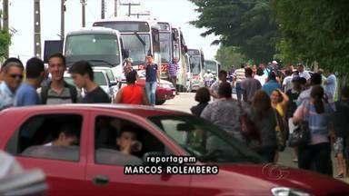 Rodovia é bloqueada durante protesto de moradores de Marechael Deodoro - Eles cobram solução para os acessos entre os povoados e a cidade