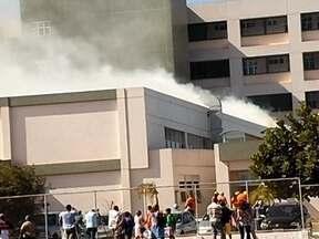 Incêndio atinge o Hospital de Santa Maria - O fogo começou por volta das 13h30 desta terça-feira (6) e teria começado por falha humana, segundo a Secretaria de Saúde. O primeiro e terceiro andar do hospital foram esvaziados. Pacientes tiveram que ser transferidos.