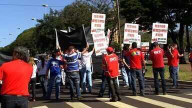 Contra projeto de terceirização de serviços, sindicatos vão às ruas - No Dia Nacional de Mobilização contra o projeto de terceirização de serviços, os movimentos sindicais de Campo Grande foram às ruas.