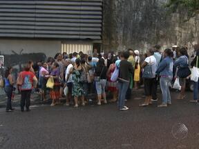 Enorme fila chama a atenção no bairro do Canela na manhã desta quinta - As pessoas estavam em busca de atendimento oftalmológico em um hospital do local que presta atende pelo SUS.