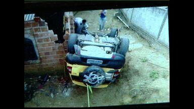 Motorista perde o controle, desce ladeira e atinge casa na Serra, ES - Mulher teve apenas ferimentos leves e foi retirada do local por moradores.Prefeitura prometeu tomar providências para reduzir riscos na região.