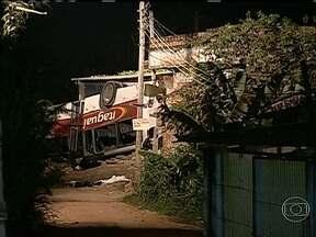 Acidente com ônibus deixa seis mortos em Itaguaí - O acidente com um ônibus que caiu de um viaduto em Itaguaí deixou seis mortos e mais de 30 feridos. Dez deles estão em estado grave. O veículo caiu de uma altura de cerca de 12 metros. A polícia investiga o caso.
