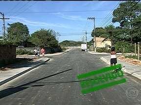 Moradores de Japeri comemoram obras de pavimentação - O RJ Móvel retornou a rua Braúna para mostrar as melhorias realizadas. Os moradores contam que depois das intervenções, não precisam mais pisar na lama, pois a via ganhou até calçadas. Carros e pedestres transitam sem problemas pelo local.