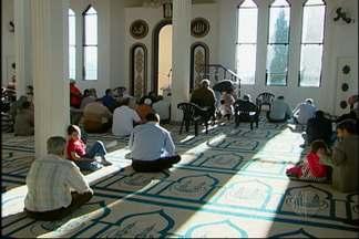 Mulçumanos rezam no fim do Ramadã em Mogi - Terminou nesta quinta-feira (8) o Ramadã, importante data para os muçulmanos. Muçulmanos se reuniram na mesquita de Mogi das Cruzes durante a manhã.