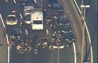 Motociclistas se envolvem em acidente na Régis Bittencourt - O trãnsito ficou lento. Acidente ocorreu na chegada a Taboão da Serra. Motociclistas bateram em um carro que tentava sair de uma das faixas da rodovia.