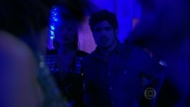 Michel se decepciona com Patrícia e Silvia - Enquanto Patrícia vai embora com Guto, Silvia se diverte com Rafael