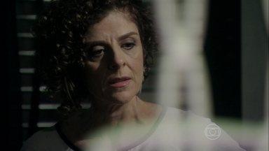 Vega desconfia de Atílio - Ela encontra o arranjo de cabelo de Márcia no paletó do marido e decide investigar