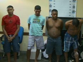 Quatro homens são presos em Feira de Santana suspeitos de assalto a ônibus - Segundo a polícia, eles agiam na região há um ano e já roubaram centenas de passageiros nas estradas baianas.