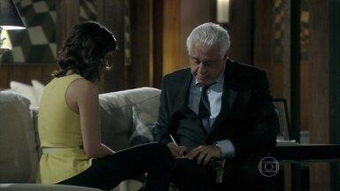 Aline pede dinheiro para César - Ele a ajuda sem pestanejar