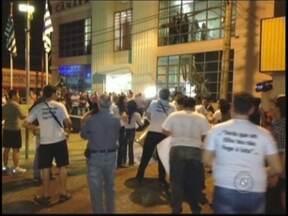 Grupo faz protesto contra criação de cargos durante a sessão da Câmara de Araçatuba - Cerca de 35 pessoas fizeram um manifesto nesta segunda-feira (19) durante a sessão na Câmara dos vereadores, em Araçatuba (SP). Os manifestantes protestaram contra a criação de novos cargos para o legislativo.