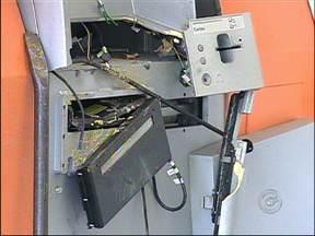 Criminosos explodiram caixas automáticos de agência bancária de Sorocaba - Policiais de SorocaA e do Gate desativaram uma bomba em uma agência bancária, no bairro Wanel Ville, zona oeste de Sorocaba (SP) na manhã desta terça-feira (20). Durante a madrugada criminosos explodiram caixas automáticos da agência.