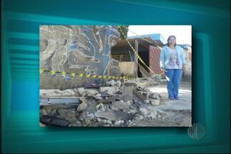 Caminhão de lixo bate em muro de casa em Mogi das Cruzes - Um caminhão de lixo bateu no muro de uma casa na Vila São Sebastião, em Mogi das Cruzes. O acidente foi na madrugada desta terça-feira (20).